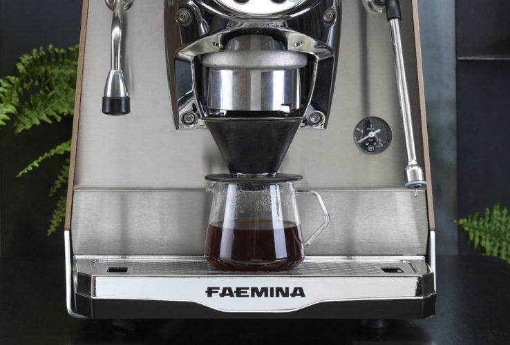 De meest geavanceerde technologieën van de professionele wereld voor het thuis- en kleinzakelijke marktsegment (extractie temperatuurregeling, dubbele boiler, wateronthardingsfilter geïntegreerd in de watertank), voor een hogere in-cup kwaliteit gecertificeerd door WBC en IEI. Met Faemina is elke kop perfect, zelfs voor de bereiding van recepten op basis van melk en alternatieven voor espresso (ijskoffie, filterkoffie, thee en infusies).